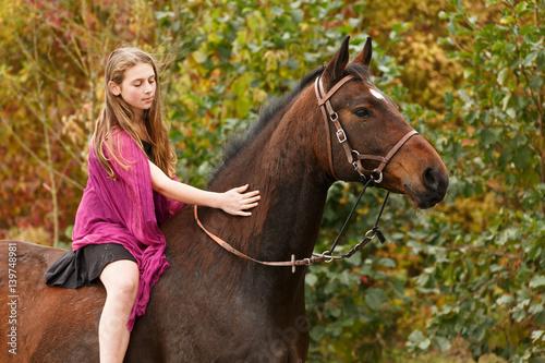 hübsches mädchen mit pferd im see  kaufen sie dieses foto