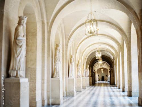 palacowy-korytarz-z-statuami