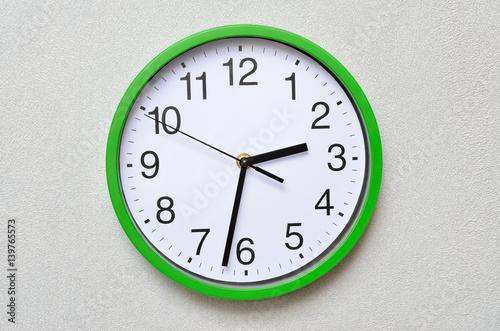 Zdjęcie XXL Duży, ścienny, analogowy zegar odizolowywający na białym tle.