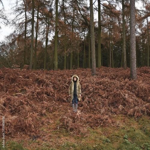 kobiety-pozycja-w-forrest-jesieni-parka-drzewach