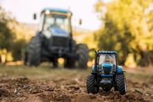 Tractor De Juguete Y Tractor Grande