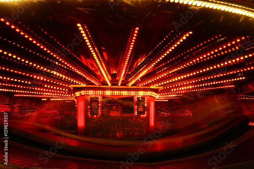 Zdjęcie XXL Waltzer biega w nocy z czerwonymi światłami
