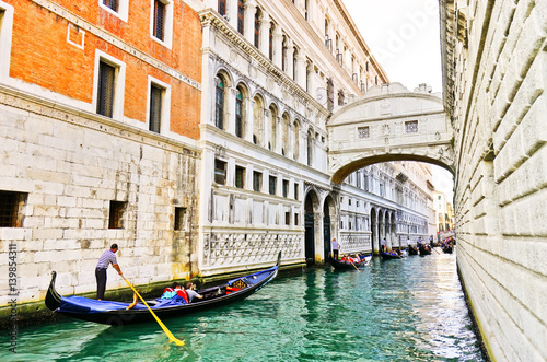Fotografía View of the Bridge of Sighs with Gondolas punted by gondoliers on the canal in V