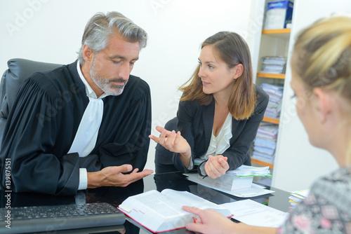 Fotografija  judge meeting with lawyers