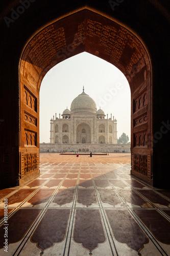 Poster Marron chocolat Taj Mahal through a patterned doorway