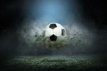 Pomicanje nogometne lopte oko prskanja kapljica na terenu stadiona.