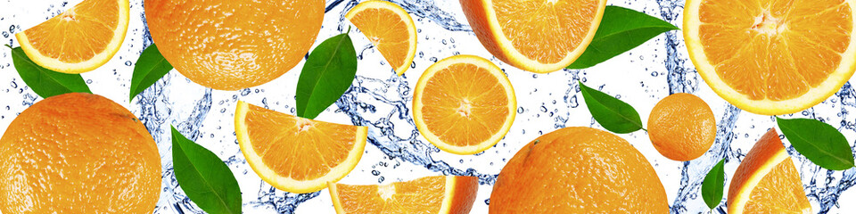 Fototapeta Do gastronomi Oranges with green leaves in the water