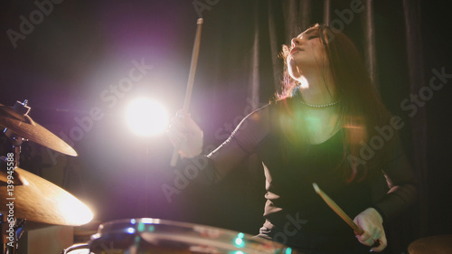 Obraz na płótnie Perkusyjna perkusja z gothic girl wykonuje muzykę break down - teen rock music