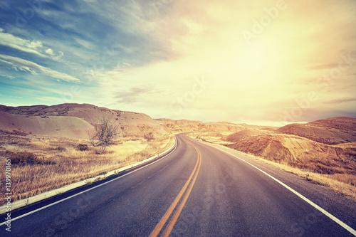 rocznik-tonujaca-sceniczna-pustynna-autostrada-przy-zmierzchem-podrozy-pojecie