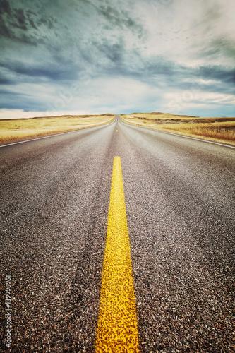 autostrady-pasa-ruchu-zakonczenie-w-gore-retro-stonowanego-obrazka-ostrosc-na-przedpolu-podrozy
