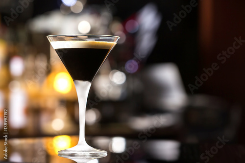 Photo  Glass of black russian cocktail at bar counter background.