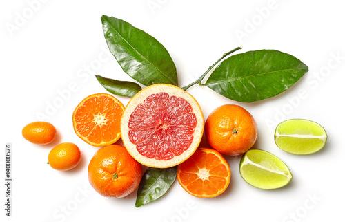 rozne-owoce-cytrusowe-ulozone-na-bialym-tle