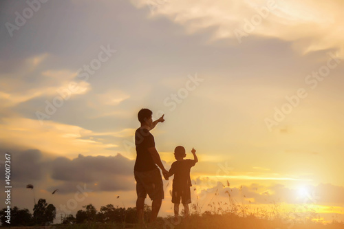 Foto op Aluminium Jacht Father took the baby learn to walk at sunset.