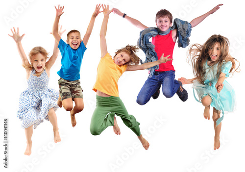 Fotografia group of happy cheerful sportive children jumping and dancing