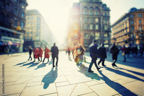 Plakat Tłum anonimowych ludzi chodzących na ruchliwej ulicy miasta