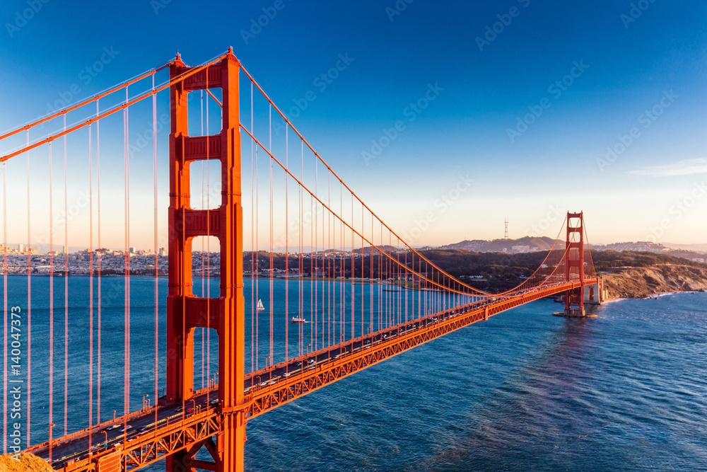 most bramy złota w błękitne niebo