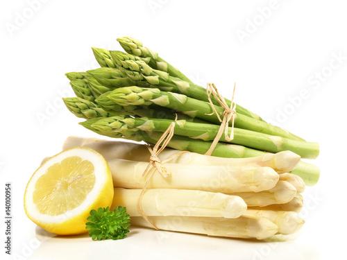 zielone-i-biale-szparagi-z-polowka-cytryny-na-bialym-tle