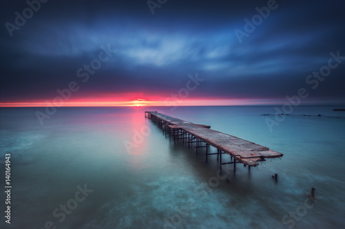 Plakat Stary łamający most w morzu, długi ujawnienie