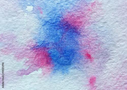 Plakat papierowa tekstura z plam błękitną i różową akwarelą, abstrakcjonistyczny tło