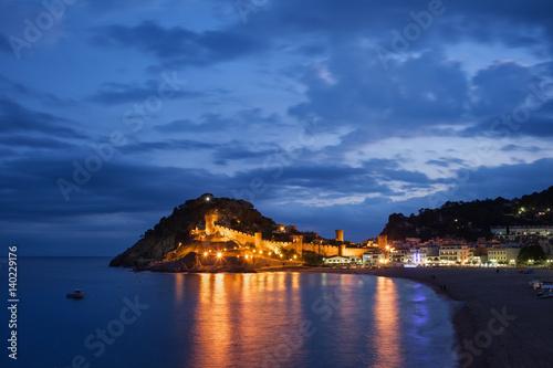 oswietlone-miasteczko-tossa-de-mar-w-hiszpanii