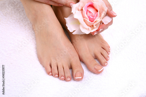 Poster Pedicure Closeup photo of a beautiful female feet with pedicure