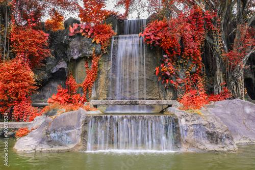 wodospad-w-ogrodzie-w-publicznym-parku