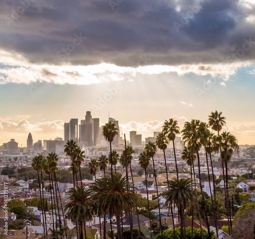 Zdjęcie XXL Centrum Los Angeles i palmy z ciemnymi chmurami