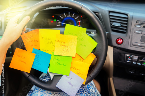 Photo  To do list in a car - busy day concept