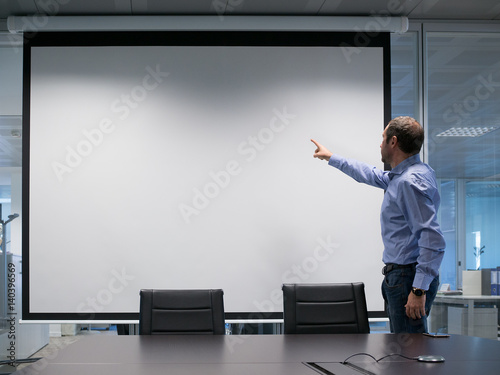 Photo  Manager explains at projection screen