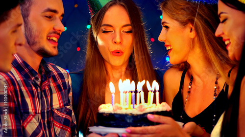 Fotomural  Happy friends birthday celebrating food with celebration cakes