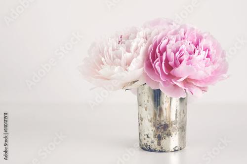 Photo  kleiner Strauß Pfingstrosen in einer silbernen Vase, Textfreiraum - perfekt als