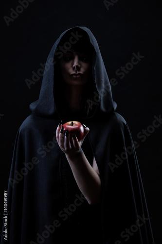 Fotografie, Tablou Portrait d'une sorcière tenant dans sa main une pomme