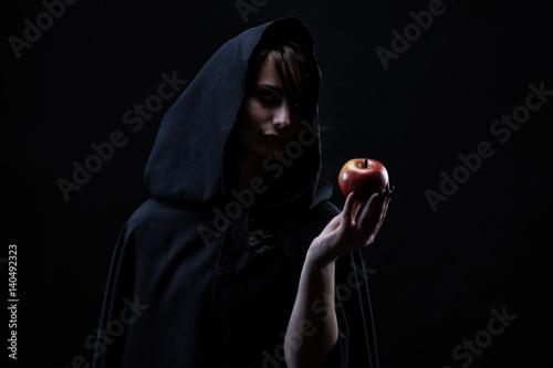Fotografía  Portrait d'une sorcière tenant dans sa main une pomme