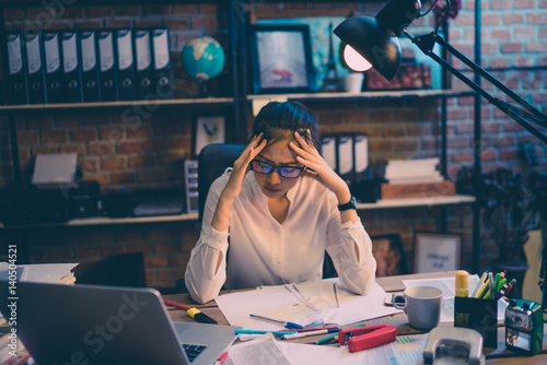 Fotografía  Asian women are stressed out of work