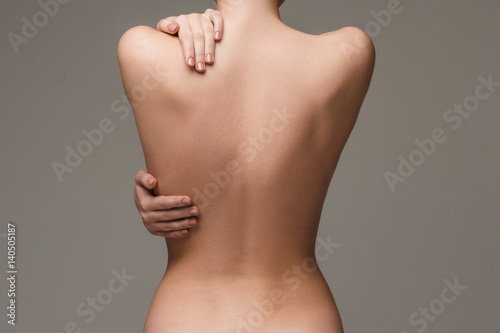 Foto The beautiful woman's body on gray background