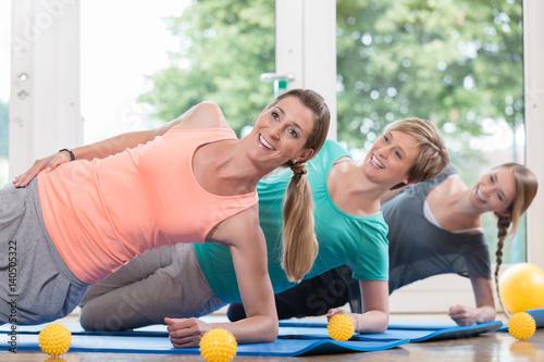 Fotografie, Obraz  Frauen nach der Geburt machen Übungen für den Beckenboden im Rückbildungskurs