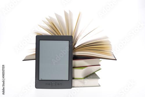Cuadros en Lienzo Bücherstapel mit E-Book Reader Kindle