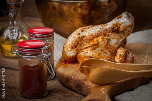 marynowane-palki-z-kurczaka-na-drewnianej-desce-do-krojenia