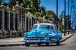 HDR - Blauer Oldtimer fährt auf der berühmten Promenade Malecon in Havanna Kuba - Serie Kuba Reportage