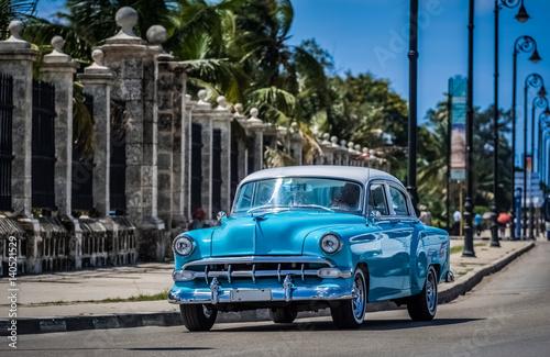 Wall Murals Old cars HDR - Blauer Oldtimer fährt auf der berühmten Promenade Malecon in Havanna Kuba - Serie Kuba Reportage