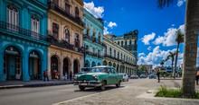 HDR - Blauer Chevrolet Oldtimer Auf Der Hauptstraße In Havanna Kuba Fährt Vor Dem Capitolio - Serie Kuba 2016 Reportage