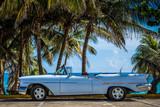 HDR - klasyczny biały amerykański kabriolet zaparkowany przed plażą w Varadero na Kubie - reportaż Serie Cuba - 140563362