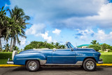 HDR - Blauer amerikanische Cabriolet Oldtimer parkt am Golfplatz von Varadero Kuba - Serie Kuba Reportage - 140577116