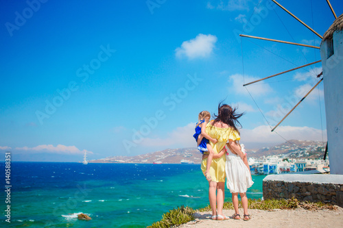 Photo  Happy family in front of windmills at popular tourist area on Mykonos island, Gr