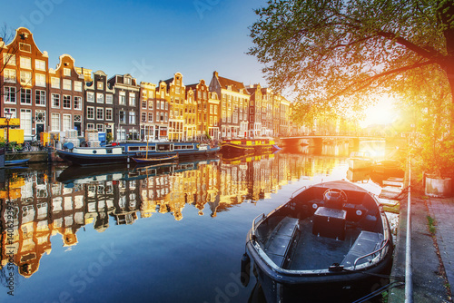 Obrazy Amsterdam  amsterdam-canal-at-sunset-is-the-capital