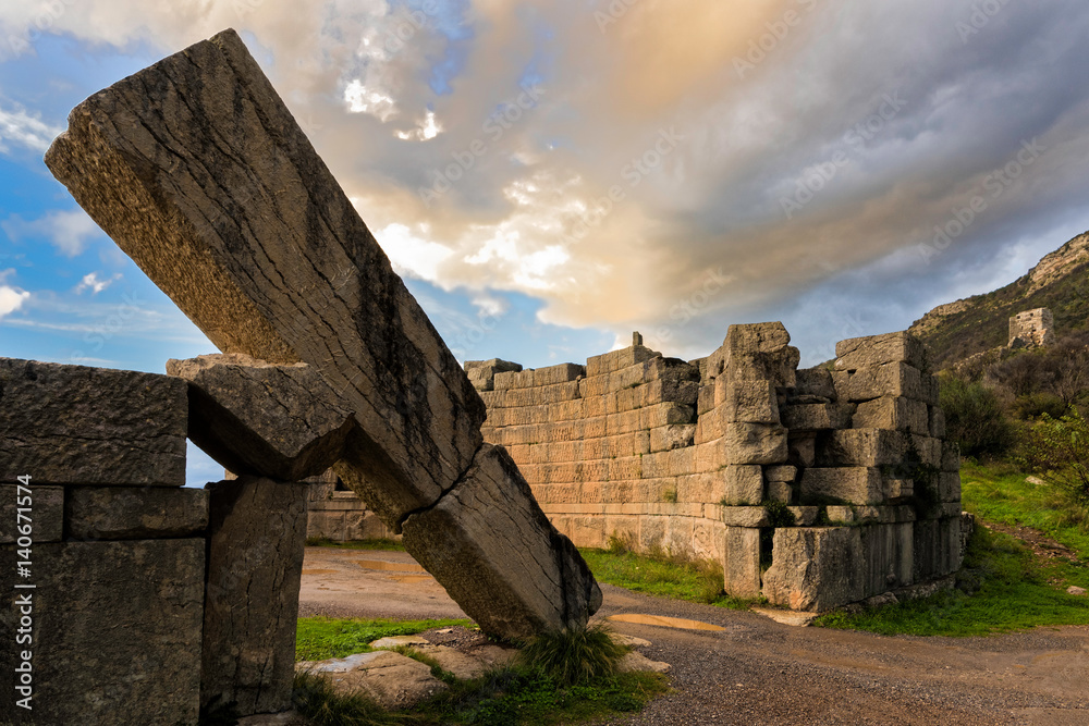 Valokuva The famous Arcadian Gate in the archaeological site of ancient Messene in Pelopo