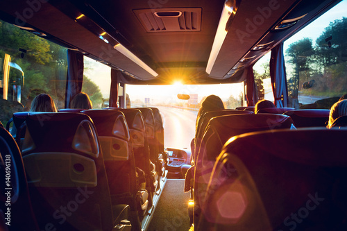 Fotografie, Tablou Bus innen Busreise in den Sonnenaufgang – Tour bus interior