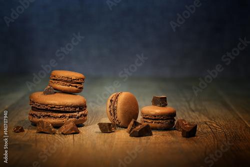 Photo  macaron au chocolat sur fond noir