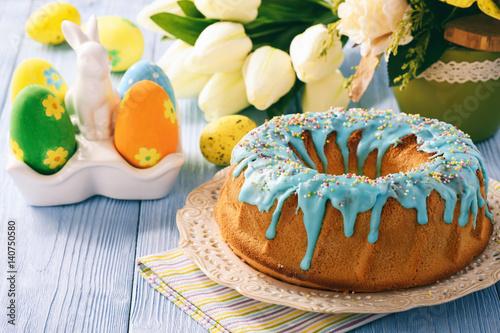 Plakat Wielkanoc tort na świątecznym stole.