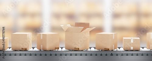 Cuadros en Lienzo Scatole o pacchi su nastro trasportatore con pacco aperto